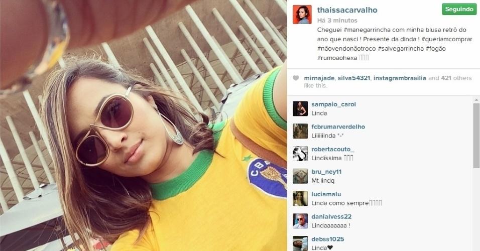 23.06.2014 - Atriz Thaíssa Carvalho posta foto na entrada do Mané Garrincha