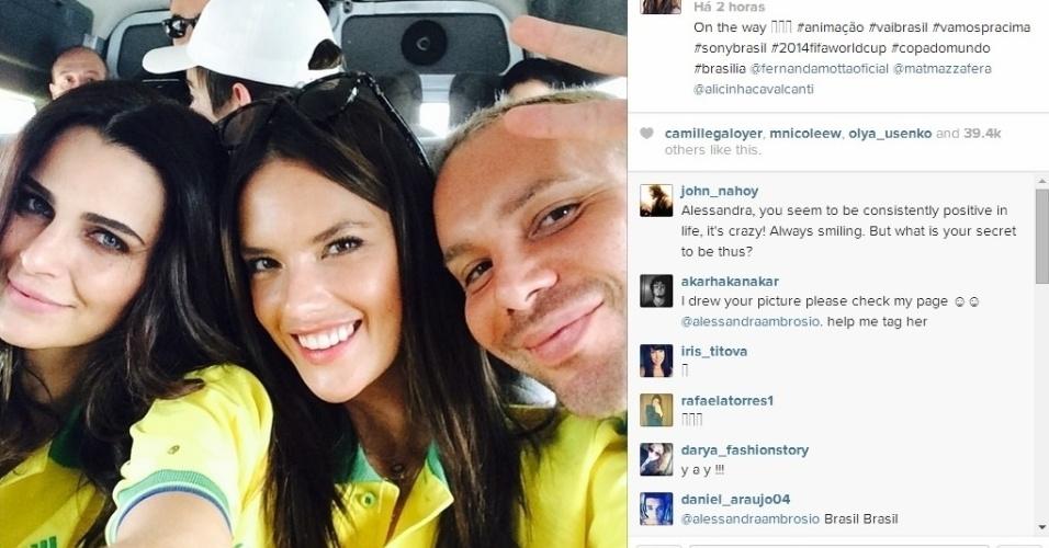 23.06.2014 - Modelos Fernanda Motta e Alessandra Ambrósio a caminho do estádio Mané Garrincha