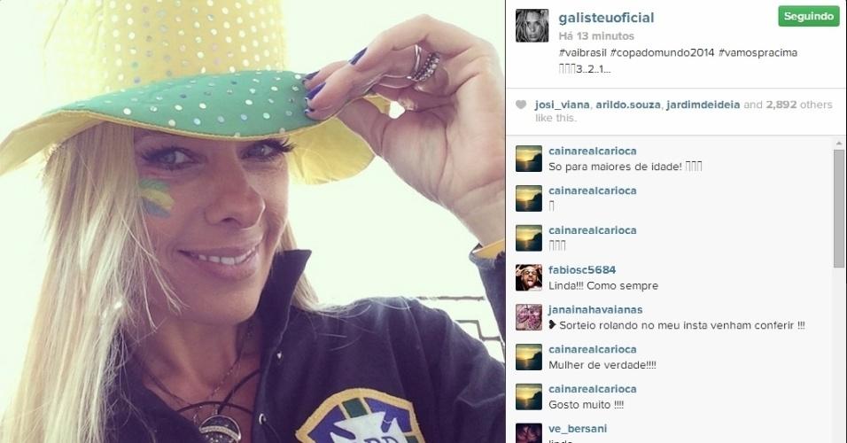23.jun.2014 - Adriane Galisteu apostou em um chapéu de caubói para torcer para o Brasil contra Camarões