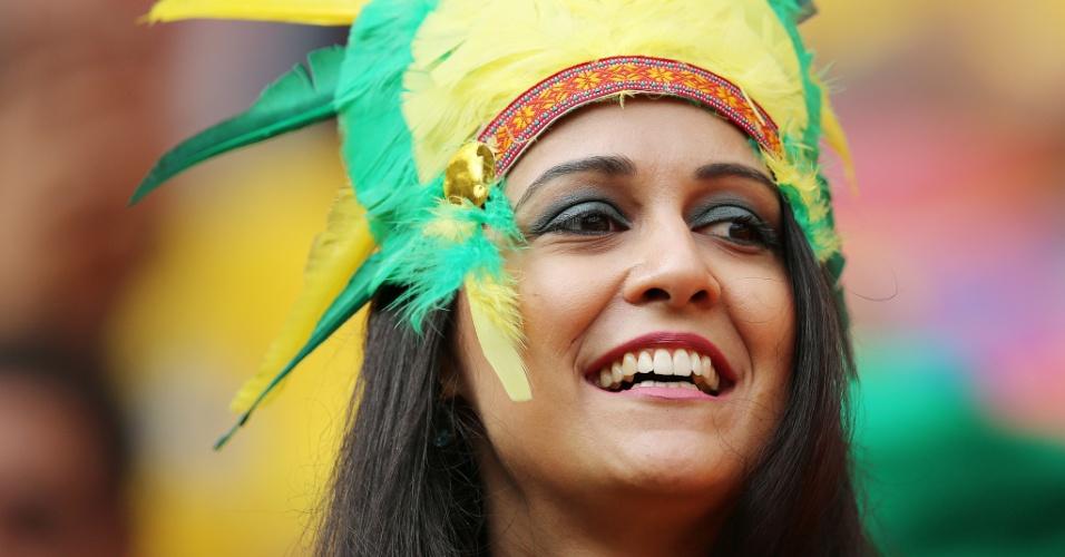 23.jun.2014 - Bela torcedora aguarda início da partida entre Brasil e Camarões, no Mané Garrincha, em Brasília