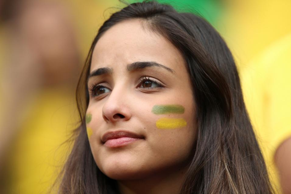 23.jun.2014 - Bela torcedora aguarda o início da partida entre Brasil e Camarões, em Brasília