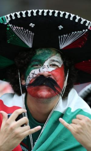 23.jun.2014 - Com bigodão e sombrero, típico torcedor mexicano comparece à Arena Pernambuco para jogo contra a Croácia