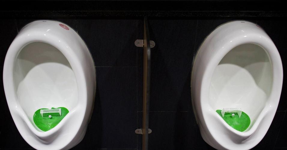 23.jun.2014 - Em banheiro de shopping chinês, homens poderão urinar e 'jogar futebol' ao mesmo tempo. Mictórios do local ganharam enfeites para a Copa do Mundo