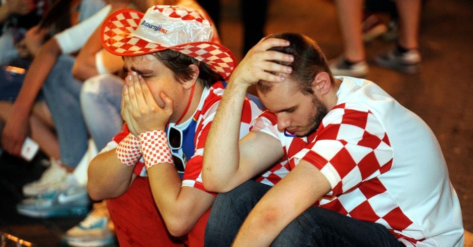 23.jun.2014 - Em Zagreb, croatas ficam desolados após derrota para o México e eliminação da Copa do Mundo