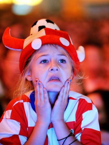23.jun.2014 - Em Zagreb, pequena torcedora croata não acredita em derrota para o México e eliminação da Copa do Mundo
