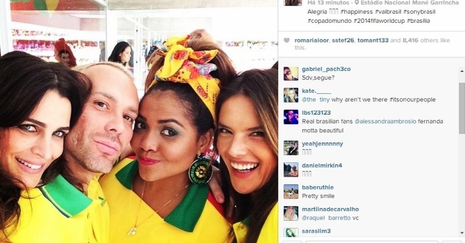23.jun.2014 - Fernanda Motta, Matheus Mazzafera, Gaby Amarantos e Alessandra Ambrósio tiram 'selfie' no Mané Garrincha, palco da vitória do Brasil sobre Camarões