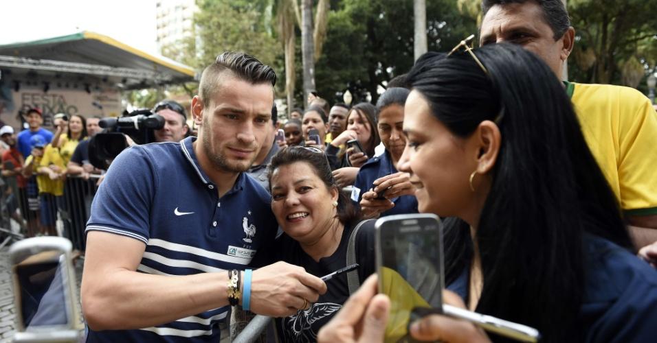 23.jun.2014 - Francês Mathieu Debuchy dá atenção para os fãs após coletiva de imprensa em Ribeirão Preto