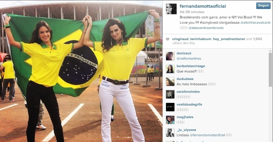 23.jun.2014 - Modelos Alessandra Ambrosio e Fernanda Motta acompanham jogo do Brasil no Mané Garrincha