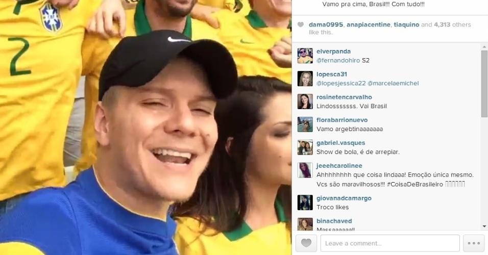 23.jun.2014 - O cantor Michel Teló não só foi ao estádio Mané Garrincha torcer pelo Brasil como postou vídeo cantando o hino