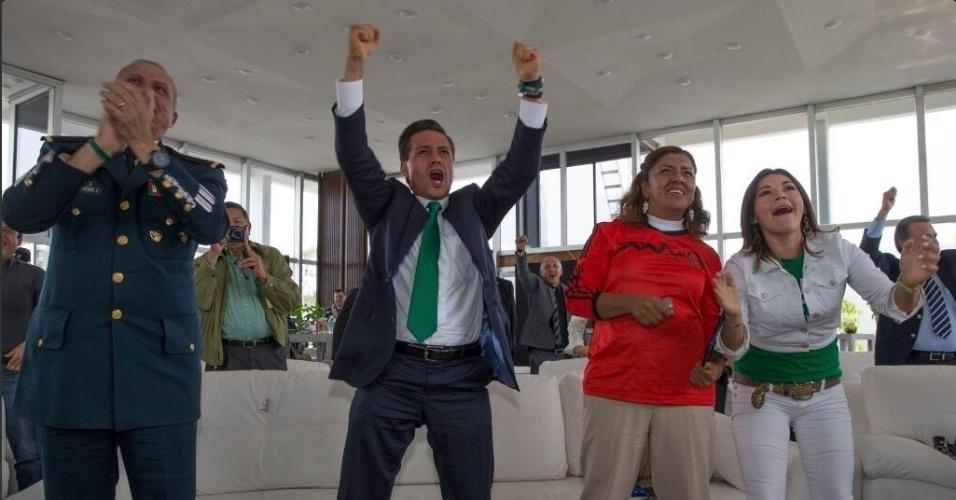 23.jun.2014 - Presidente do México, Enrique Peña Nieto (de gravata verde) vibra muito com a vitória da seleção mexicana sobre a Croácia