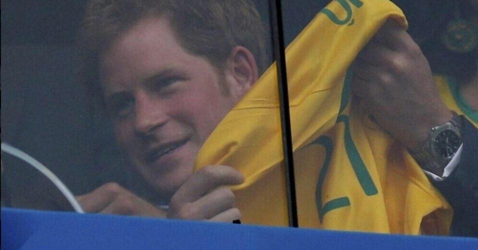 23.jun.2014 - Príncipe Harry ganha camisa do atacante Jô enquanto assiste ao jogo do Brasil contra Camarões no Mané Garrincha