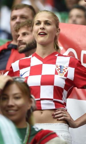 23.jun.2014 - Torcedora croata parecia acreditar na classificação de seu país para as oitavas de final no jogo contra o México