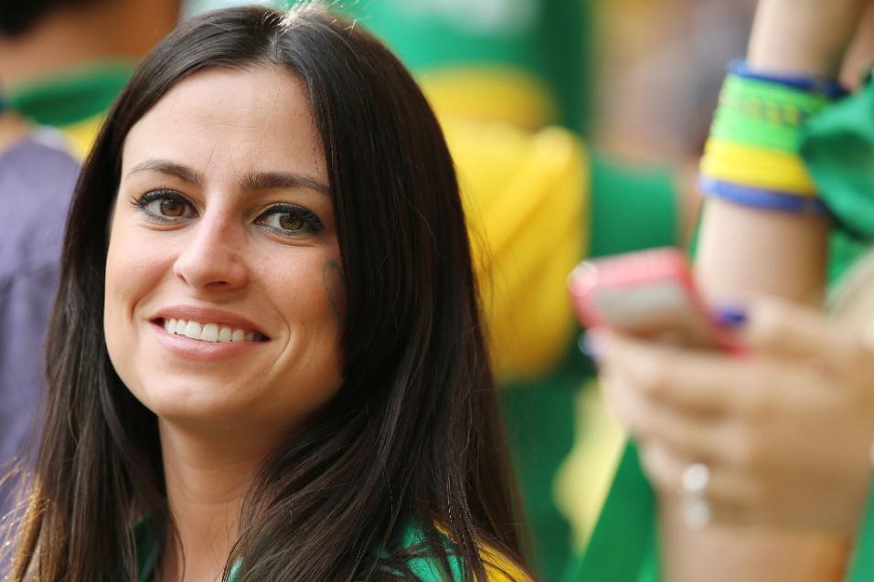 23.jun.2014 - Torcedora sorri antes da partida entre Camarões e Brasil, em Brasília
