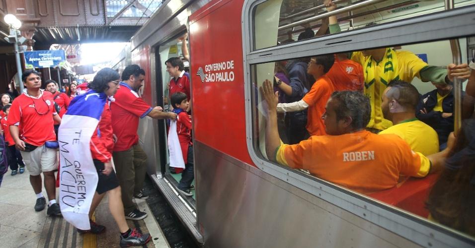 23.jun.2014 - Torcedores chilenos e holandeses dividem vagão de trem de São Paulo em dia de confronto entre as duas seleções