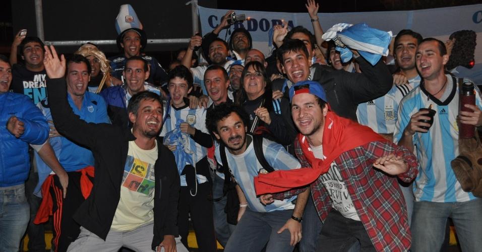 26.jun.2014 - Torcedores argentinos fazem festa para receber a seleção em Porto Alegre