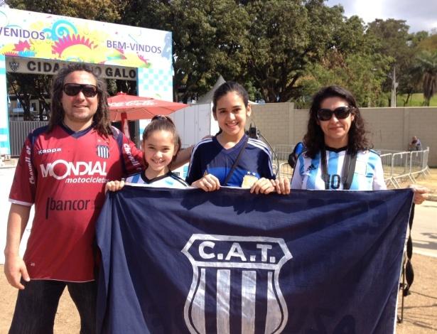 A menina Azul, com os pais e a irmã mais nova, fez plantão na concentração da Argentina para ver Messi
