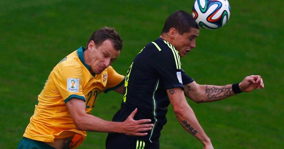 Alex Wilkinson, da Austrália, disputa lance com Fernando Torres, da Espanha, durante partida em Curitiba