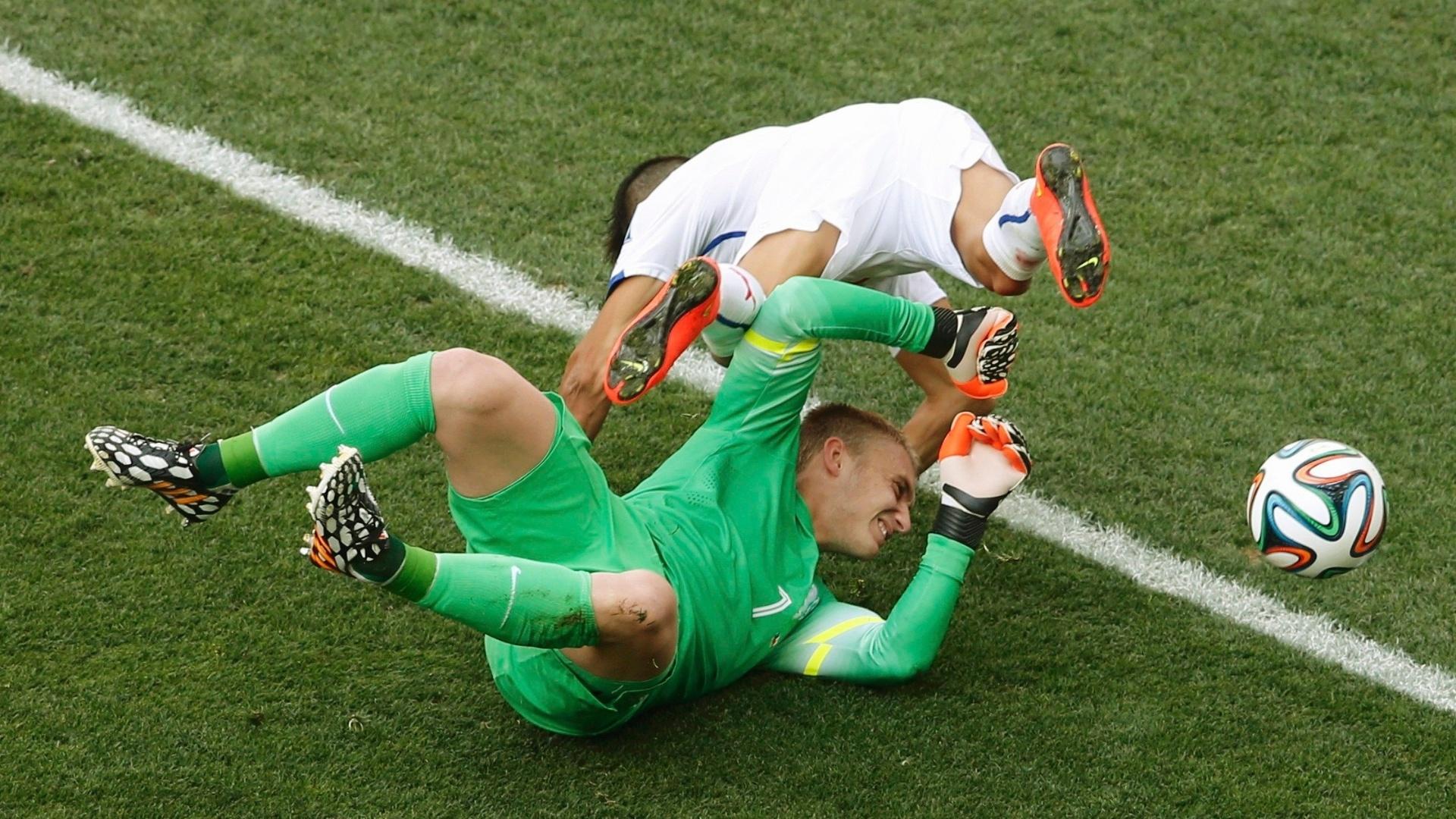 Alexis Sánchez se choca com o goleiro Jasper Cillessen