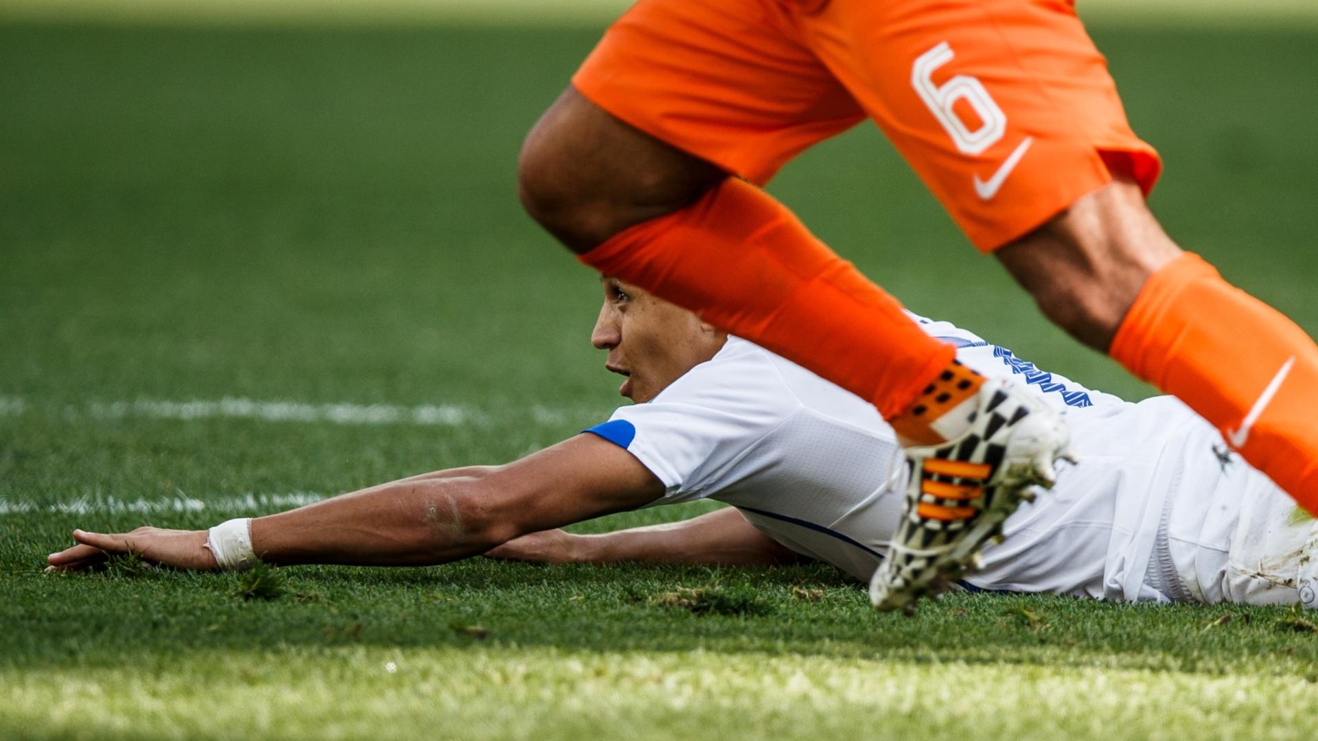 Alexis Sanchéz vai ao chão durante partida do Chile contra a Holanda no Itaquerão