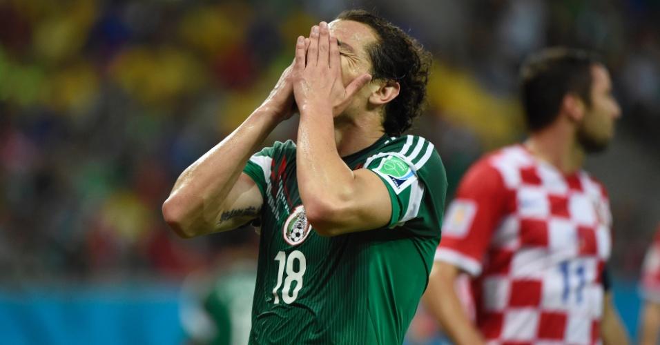 Andrés Guardado coloca a mão no rosto para lamentar gol perdido pelo México