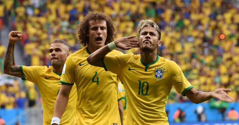 23.jun.2014 - Ao lado de David Luiz e Daniel Alves, Neymar pede para a torcida comemorar após gol contra Camarões