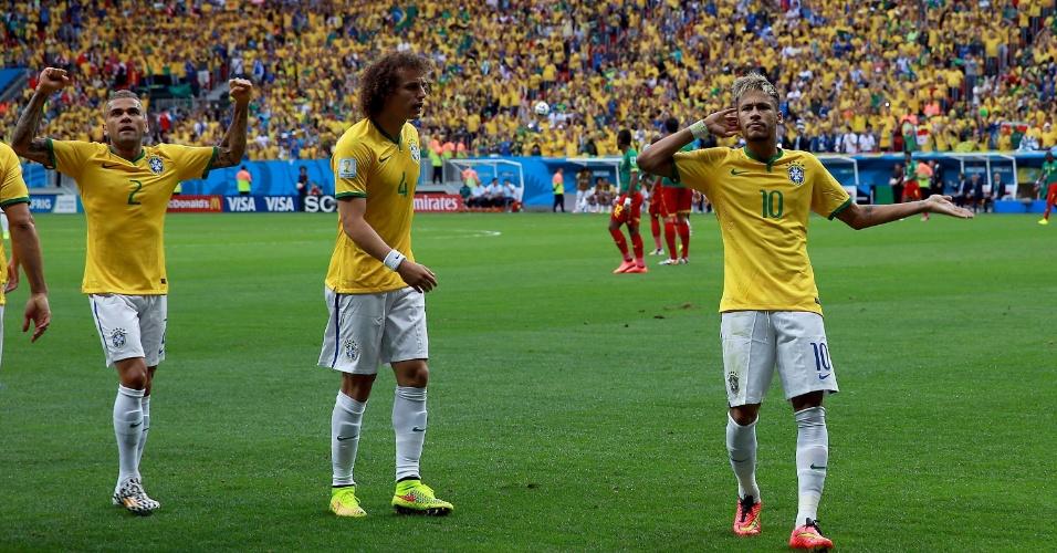 23.jun.2014 - Após marcar para o Brasil, Neymar pede para a torcida fazer barulho no estádio Mané Garrincha