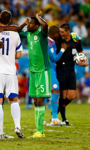 Árbitro Peter O'Leary é visto rindo com goleiro da Nigéria e é criticado por jogadores da Bósnia