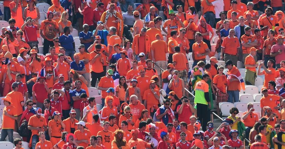 Arquibancada do Itaquerão vai ganhando as cores laranja e vermelha para o jogo entre Holanda e Chile
