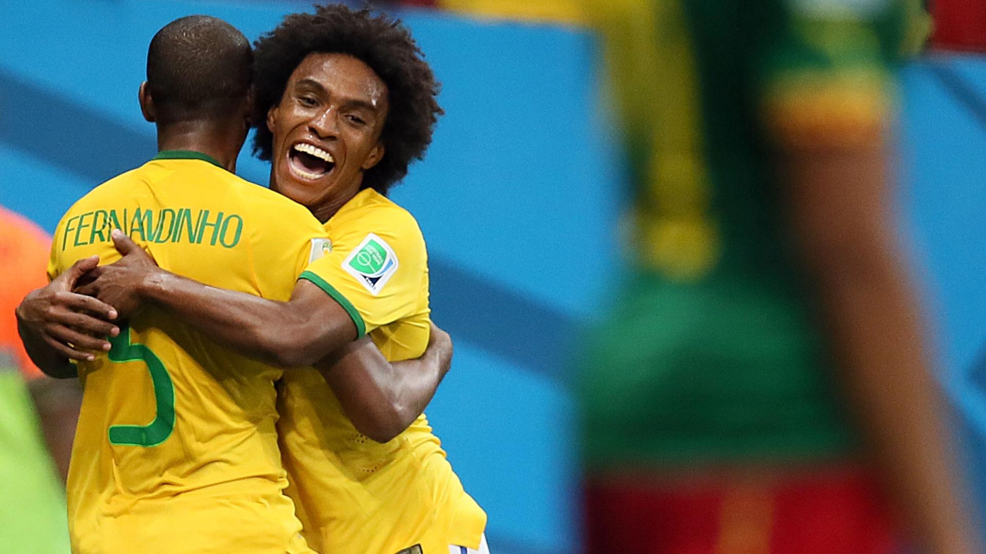 23.jun.2014 - Autor do quarto gol do Brasil, Fernandinho comemora com Willian na vitória sobre Camarões por 4 a 1