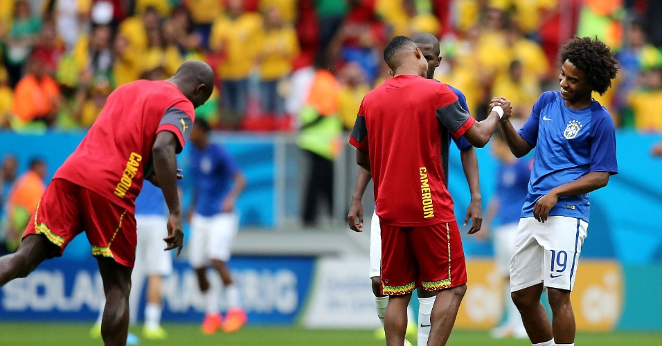 23.jun.2014 - Brasileiro Willian cumprimenta o camaronês Eto'o. Os jogadores são companheiros de Chelsea