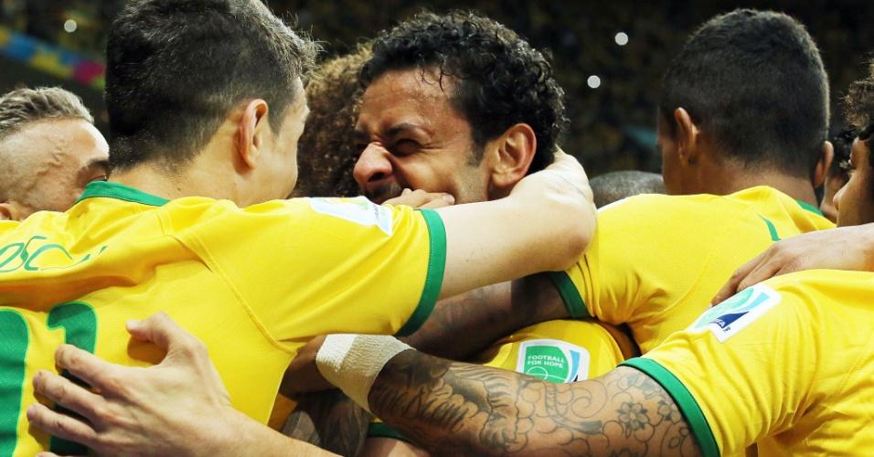23.jun.2014 - Brasileiros comemoram gol de Fred em Brasília, o terceiro na vitória por 4 a 1 sobre Camarões