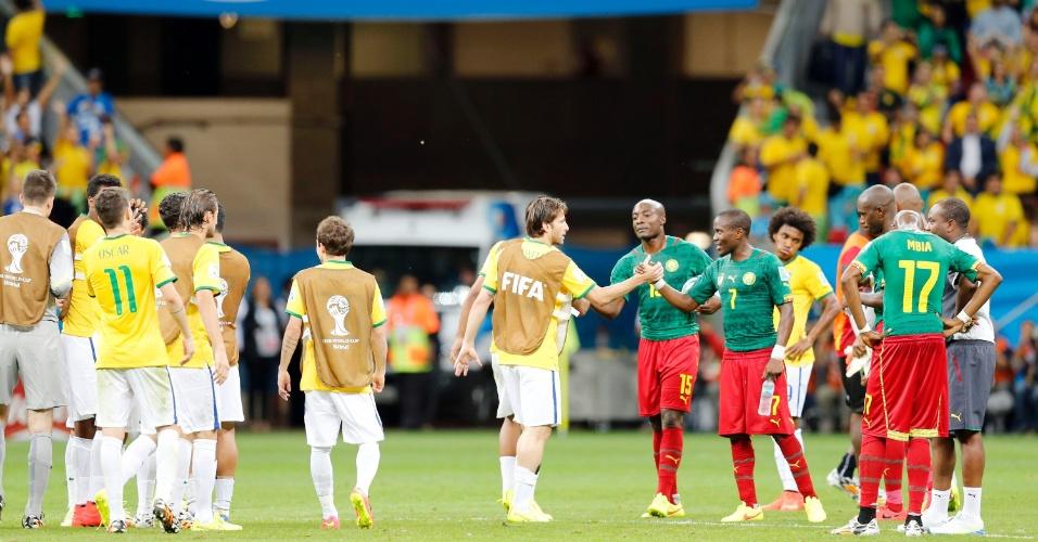 23.jun.2014 - Brasileiros e camaroneses se cumprimentam após a vitória do Brasil por 4 a 1 no estádio Mané Garrincha
