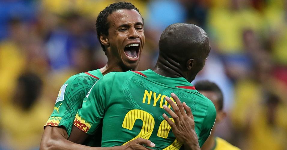 23.jun.2014 - Camaronês Matip empata o jogo contra o Brasil e comemora com seu companheiro Nyom, no Mané Garrincha