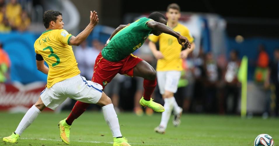 23.jun.2014 - Capitão Thiago Silva comete falta durante o jogo do Brasil contra Camarões, no Mané Garrincha