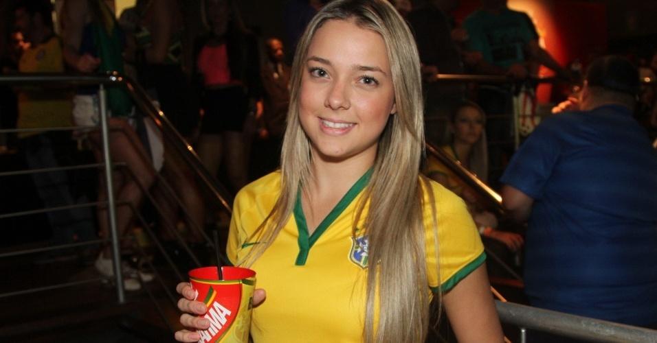 Carolina Dantas, mãe do filho de Neymar, festeja vitória do Brasil no estádio do Morumbi