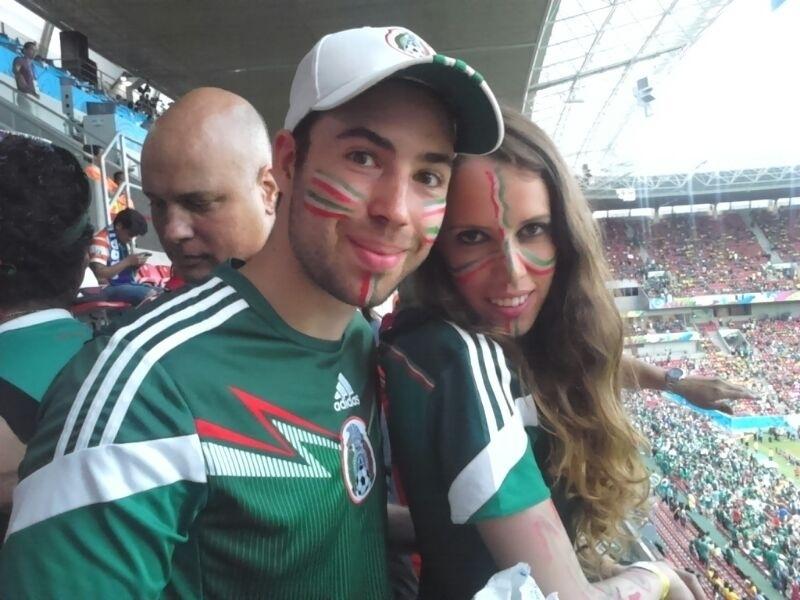 Casal de torcedores do México aguarda início da partida contra a Croácia