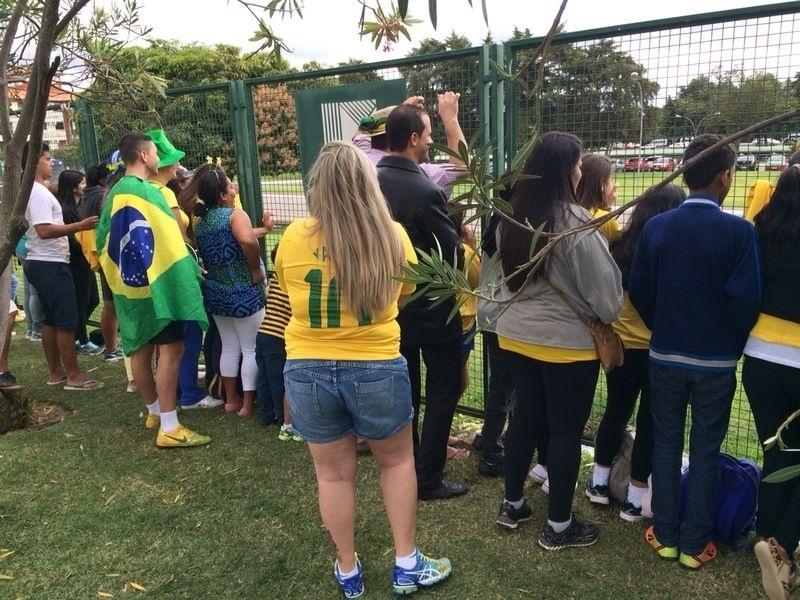Cerca de 300 torcedores pedem que Felipão libere o contato com os jogadores no hotel da seleção em Brasília, na manhã desta segunda-feira