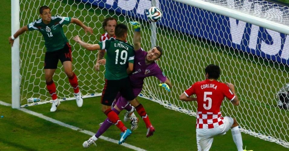 Cerca de mexicanos e croatas, goleiro Stipe Pletikosa afasta a bola da área