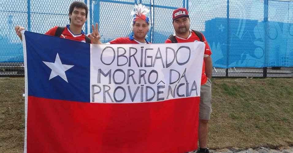 Chilenos exibem bandeira em homenagem ao Morro da Providência antes de entrarem no Itaquerão
