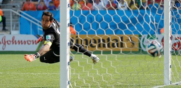 O chileno Bravo, que durante a Copa do Mundo foi anunciado como goleiro do Barcelona