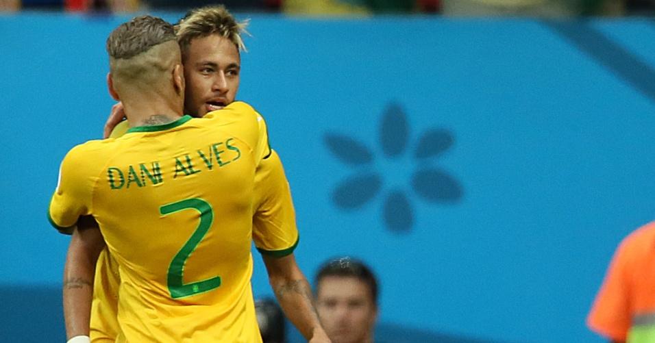23.jun.2014 - Companheiros de Barcelona, Neymar e Daniel Alves comemoram gol da seleção contra Camarões
