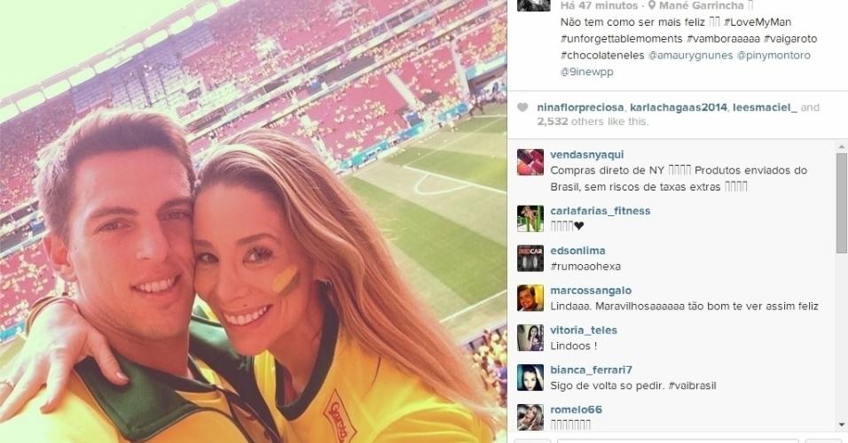 Danielle Winits e o jogador Amaury Nunes foram ao Mané Garrincha para ver o jogo do Brasil contra Camarões