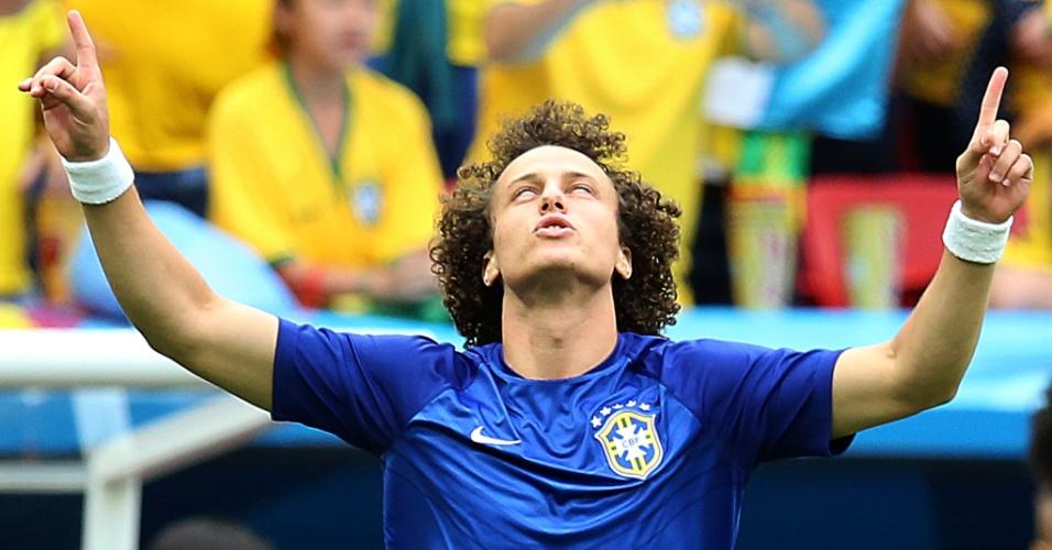 23.jun.2014 - David Luiz ergue os braços ao subir no gramado do Mané Garrincha para se aquecer, antes do jogo contra Camarões