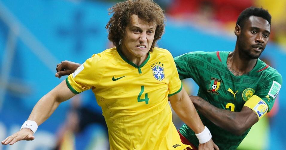 23.jun.2014 - David Luiz faz mais uma de suas já tradicionais caretas ao roubar a bola na partida entre Brasil e Camarões