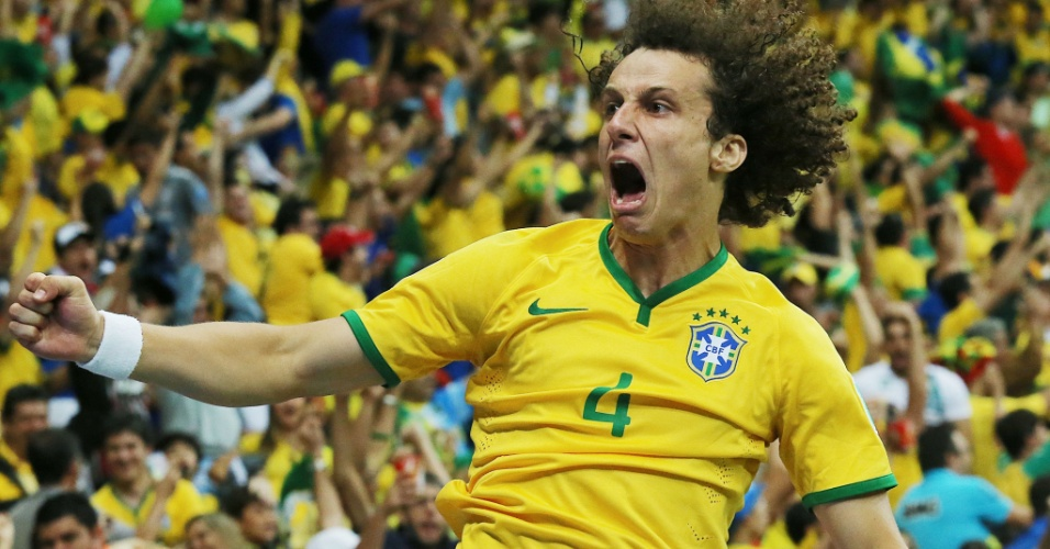 23.jun.2014 - David Luiz mostra garra após o Brasil marcar na vitória por 4 a 1 sobre Camarões, em Brasília