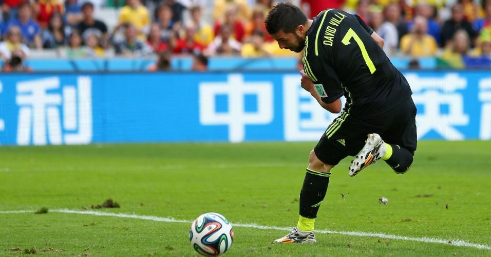 David Villa, da Espanha, bate de letra para marcar o primeiro gol de sua seleção contra a Austrália, na Arena da Baixada, em Curitiba