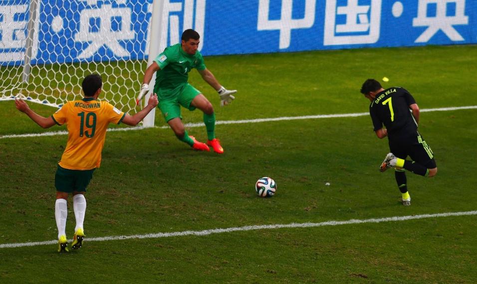 David Villa, da Espanha, conclui de letra para marcar o primeiro gol de sua seleção contra a Austrália, na Arena da Baixada, em Curitiba