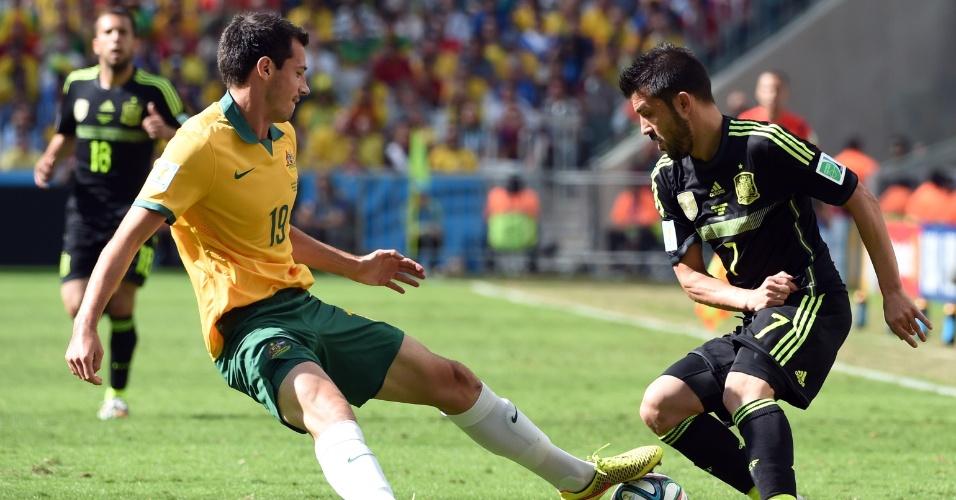 David Villa, da Espanha, tenta driblar Ryan McGowan, da Austrália, durante partida na Arena da Baixada