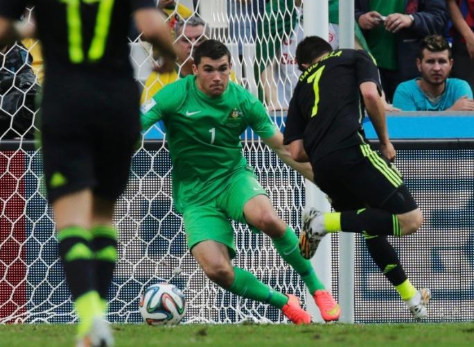David Villa, da Espanha, toca de letra para marcar o primeiro gol de sua seleção contra a Austrália, na Arena da Baixada, em Curitiba