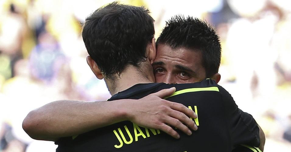 David Villa é abraçado por Juanfran após marcar primeiro gol da Espanha contra a Austrália na Arena da Baixada